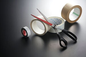 【鹿行未来研究所】「粘着テープ切断専用ハサミ」(赤ガニくん)。粘着テープなどを何回連続的に切っても、長いもの切っても粘着剤が刃に粘着せず、長く切れる。