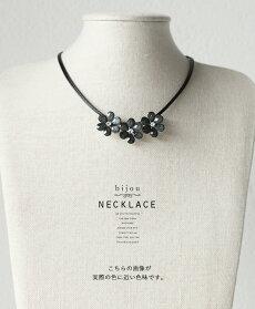 お花モチーフ、ネックレス。シックに女っぽく、可憐に輝く。