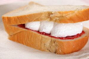 パン工房カワ人気No.1の生クリームサンド。ふんわりコーヒーパンに自家製イチゴジャムと生クリ...
