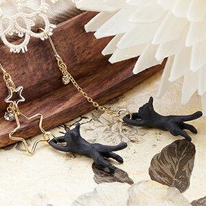 フックピアス チタン製 低アレルギー スワロフスキー アシンメトリーデザイン 猫 ネコ 黒ねこモチーフ 星に飛びつくネコがかわいい 日本製 人気モチーフ デイリーピアス レディース