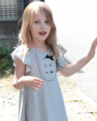 シンプルなAラインに女の子らしいディテールがとても可愛い子供半袖ワンピース