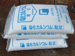 【国産】 100kg 塩化カルシウム 融雪材 25kg×4袋 融雪剤 塩カル 凍結防止剤 シバ【代引不可】