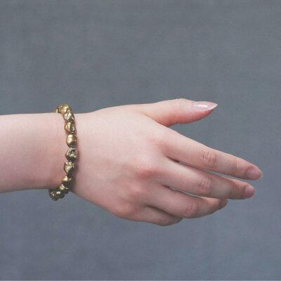 榊色の淡水真珠バロックブレスレットの着用写真
