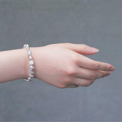 鈴蘭色の淡水真珠バロックブレスレットの着用写真