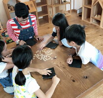 『 ¥トリー:エントリーゲーム 』 楽しく遊べるユニバーサル・ゲーム! お金の勉強や計算も出来る。自分だけのオリジナルルールも作れる新しいアナログゲーム。大人から子供まで誰でも簡単なゲーム。知育に教材に広く使うことが出来ます。