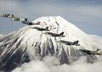 絵画風 壁紙ポスター (はがせるシール式) 富士山と飛行隊 富士山 米海軍第5空母航空団艦載機 戦闘機 キャラクロ FJS-002A1 (A1版 830mm×585mm) 建築用壁紙+耐候性塗料 インテリア