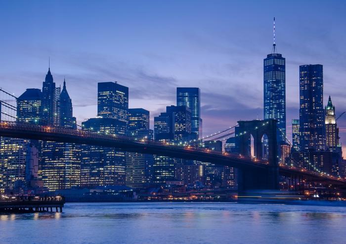 絵画風 壁紙ポスター (はがせるシール式) 夕暮れのブルックリン橋 ハドソン川 ニューヨーク 夜景 キャラクロ NYK-005A2 (A2版 594mm×420mm) 建築用壁紙+耐候性塗料 インテリア