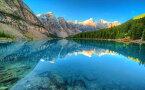 絵画風 壁紙ポスター (はがせるシール式) カナディアン・ロッキー モレイン湖 バンフ国立公園 カナダ 世界遺産 キャラクロ LAKF-001W2 (ワイド版 603mm×376mm) 建築用壁紙+耐候性塗料 インテリア
