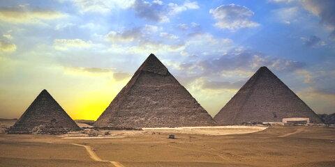 絵画風 壁紙ポスター (はがせるシール式) ギザの三大ピラミッドと朝陽 古代エジプト 世界遺産 ピラミッドパワー キャラクロ EPMD-009S1 (1152mm×576mm) 建築用壁紙+耐候性塗料 インテリア