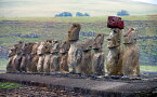 絵画風 壁紙ポスター (はがせるシール式) モアイ アフ・トンガリキの15体 イースター島 ラパ・ヌイ国立公園 キャラクロ ESTM-003W1 (ワイド版 921mm×576mm) 建築用壁紙+耐候性塗料 インテリア