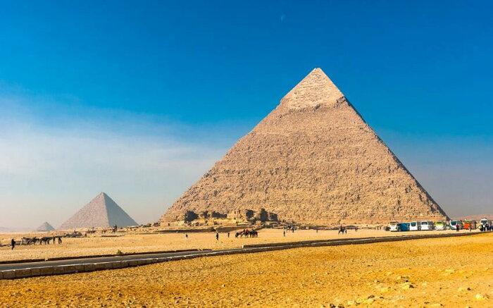 絵画風 壁紙ポスター (はがせるシール式) ギザの三大ピラミッド 古代エジプト 金字塔 世界遺産 ピラミッドパワー キャラクロ EPMD-002W1 (ワイド版 921mm×576mm) 建築用壁紙+耐候性塗料 インテリア