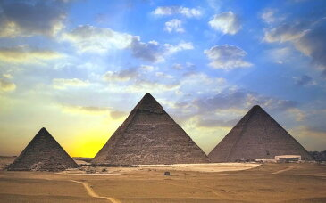 絵画風 壁紙ポスター (はがせるシール式) ギザの三大ピラミッドと朝陽 古代エジプト 世界遺産 ピラミッドパワー キャラクロ EPMD-009W2 (ワイド版 603mm×376mm) 建築用壁紙+耐候性塗料 インテリア
