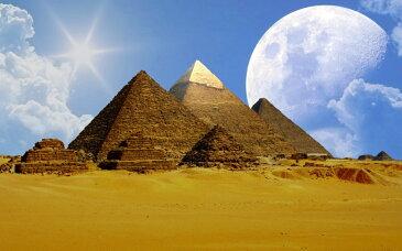 絵画風 壁紙ポスター (はがせるシール式) ギザの三大ピラミッドとビッグムーン 月 古代エジプト 世界遺産 ピラミッドパワー キャラクロ EPMD-011W2 (ワイド版 603mm×376mm) 建築用壁紙+耐候性塗料 インテリア