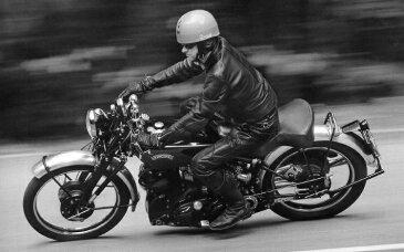 絵画風 壁紙ポスター (はがせるシール式) ヴィンセント HRD ブラックシャドー 1950年 世界最速 伝説の名車 バイク モノクロ キャラクロ VCNT-008W2 (ワイド版 603mm×376mm) 建築用壁紙+耐候性塗料 インテリア