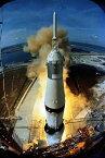 絵画風 壁紙ポスター (はがせるシール式) 史上初の月面着陸に成功したアポロ11号の発射 サターンV SA-506 ロケット 1969年 NASA キャラクロ NAS-016S2 (406mm×603mm) 建築用壁紙+耐候性塗料 インテリア