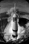 絵画風 壁紙ポスター (はがせるシール式) 史上初の月面着陸に成功したアポロ11号の発射 サターンV SA-506 ロケット 1969年 NASA モノクロ キャラクロ NAS-016SM2 (406mm×603mm) 建築用壁紙+耐候性塗料 インテリア