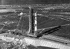 絵画風 壁紙ポスター (はがせるシール式) 史上初の月面着陸に成功したアポロ11号の発射 サターンV SA-506 1969年7月16日 ケネディ宇宙センター NASA キャラクロ NAS-022A2 (A2版 594mm×420mm) 建築用壁紙+耐候性塗料 インテリア