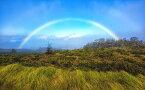 絵画風 壁紙ポスター (はがせるシール式) マウイ島 ハレアカラ国立公園の壮大な虹 ハワイ 虹 レインボー キャラクロ SRBW-007W2 (ワイド版 603mm×376mm) 建築用壁紙+耐候性塗料 インテリア