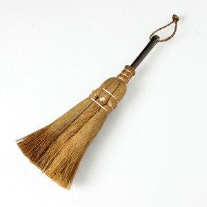 窓枠のゴミや小さなスペースの掃除に最適。かつて竈(かまど)周りを掃く箒を竈の神・荒神様より...
