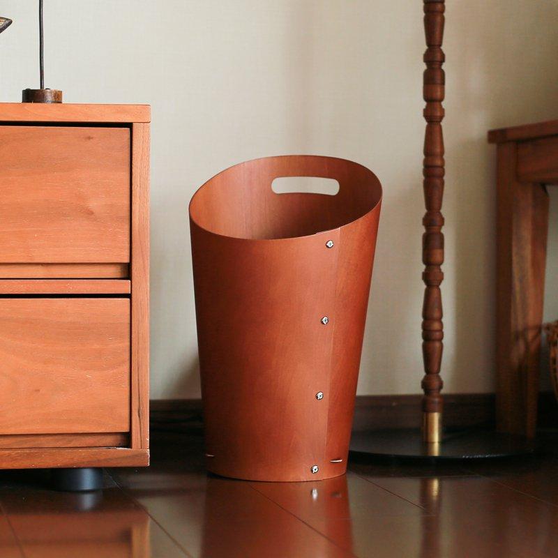 1枚の薄い板をくるんと丸めたデザインのゴミ箱。ベニヤ板だけで作られているので、とっても軽量なんです。