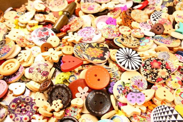 ゆうパケット ウッドボタンミニ福袋【おまかせ50g】【改リニューアル版】木製手芸ボタン福袋プチパック!プリントボタンを中心にウッドボタンミニセット