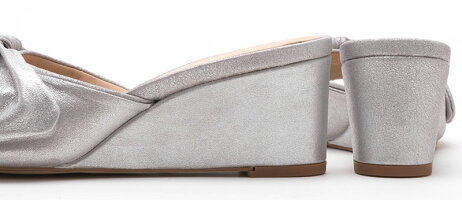 【UNISAmadeinspain】スペイン製☆上品シルバー☆たっぷりギャザーの変わりリボンデザイン☆ウェッジソールのミュールサンダル/SILVER・ヒール6.5cm