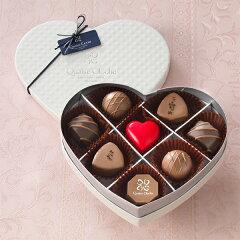 輝かしい真っ白のハート型のパッケージに、多彩な味わい。 バレンタイン限定チョコレート エ...