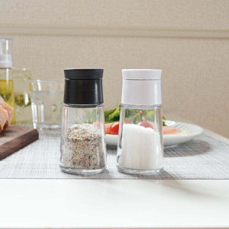 食卓に置くと、シンプルでかっこいいですね。フタは繋がっており、片手で開閉できるのも魅力です。