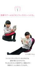 子供サイズの「背筋がGUUUN美姿勢座椅子コンパクト」リラックスシーンに