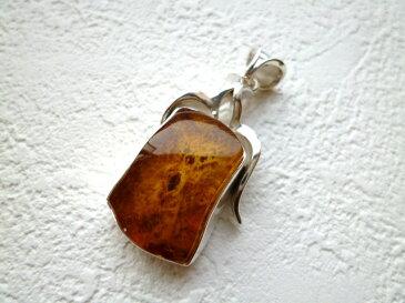 《ヨーロッパセレブ・テイスト》【大人気のトルコ雑貨】貴重な石目が綺麗な《琥珀》のシルバーペンダントTOP【RCP】