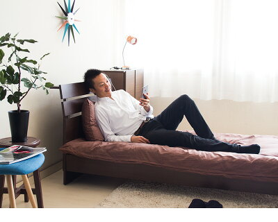 ベッドフレームシングルベッド宮付きコンセント付き携帯メガネ眼鏡時計小物が置ける宮棚付きベッド高いヘッドボードを背もたれにスマホや読書スライドカバー2口コンセント付き充電器ライトの電源木製ベッドキッズ