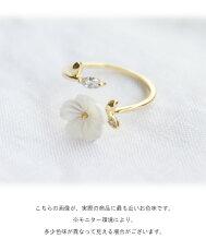 指に咲く華奢で愛らしいお花リング