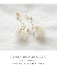 耳元にパールの輝きと花が咲くピアス