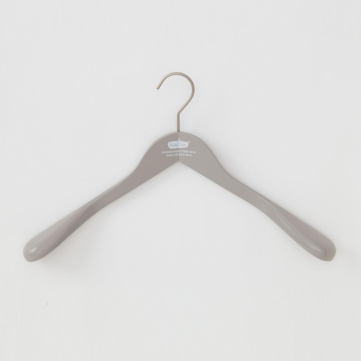 男性向けの大切な衣類用木製ハンガー。 適度な厚みとフラットな肩先が、型崩れを防ぎます。