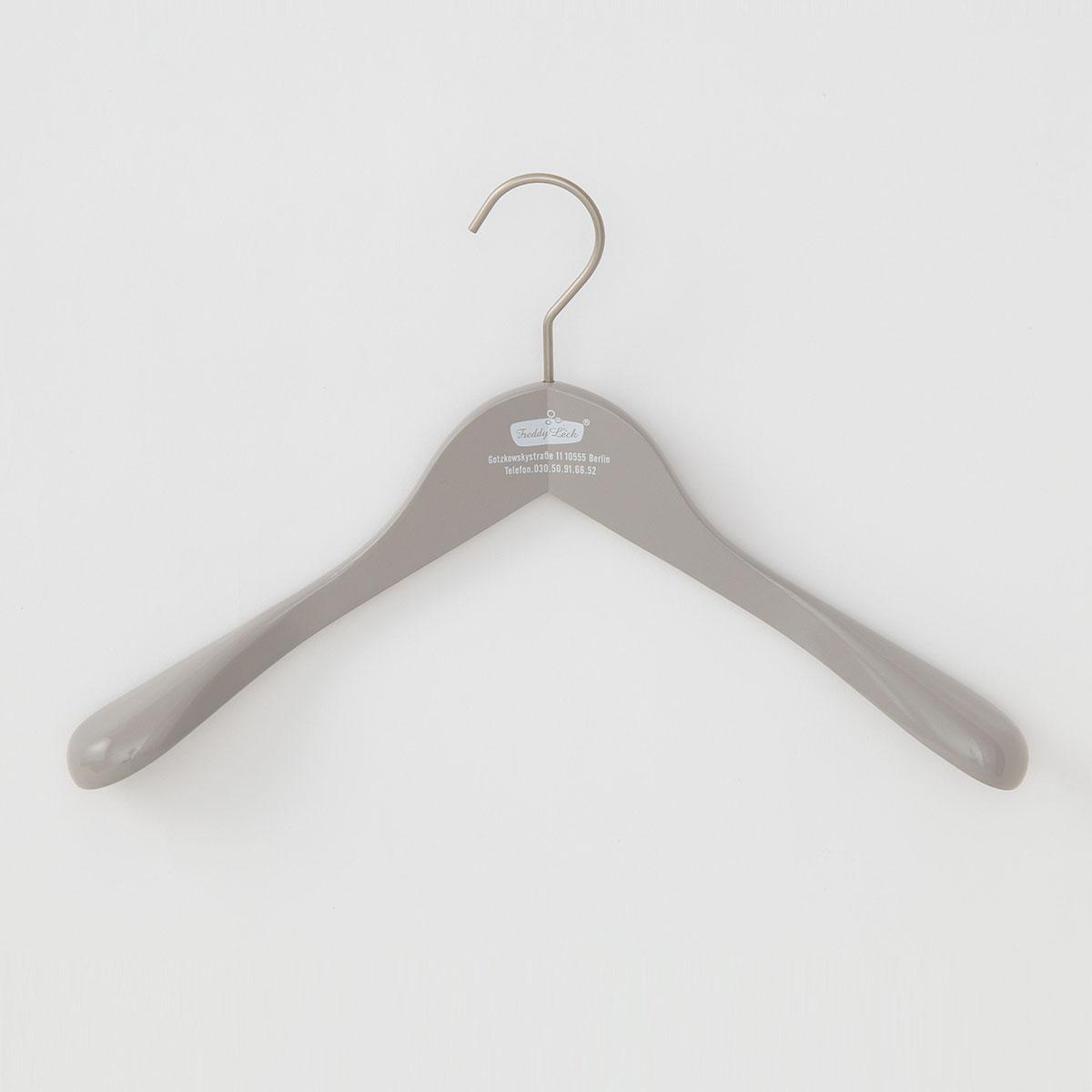 女性向けの少し小さめの木製ハンガー。 形崩れを防ぎたい大切な衣類用にお使いください。