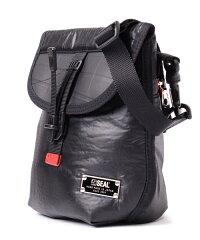 軽量な防水ショルダーバッグ
