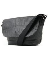 防水性の高い本革ショルダーバッグ