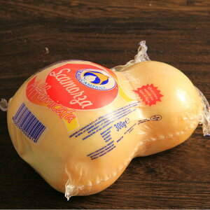 1cmくらいの厚さにカットして、ソテーして食べるスカモルツァチーズ。バゲットに乗せると美味しいのです