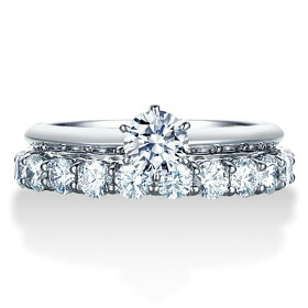 一粒ダイヤモンド婚約指輪とシェアドプロングエタニティリングの組み合わせ
