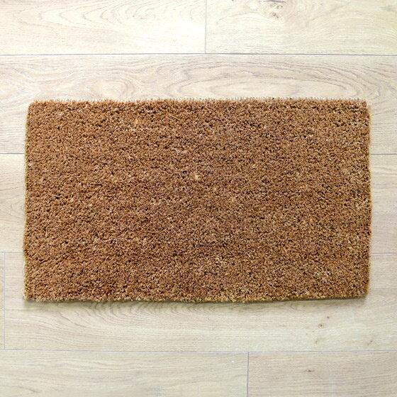 36×63×厚み2~2.5(cm)前後と扱いやすく、とっても丈夫なマットは泥がついても、お天気の良い日にホースで水をかけながら、たわしなどを使ってやさしくなでるように洗うだけでOK!その後、日干ししてしっかりと乾かせば常に清潔に使えます。