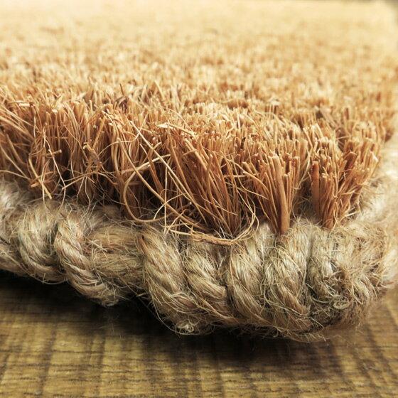 マットの裏の部分はジュート材を編み込んで作られているので、通気性もバッチリで乾きやすく、表面は天然素材のココヤシの繊維を垂直に編み込んで作られており、カビも生えにくいという嬉しい特徴もあります。