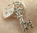 開運願うお守りに!スターリングシルバー925イギリス製シルバーチャームNo.005幸せを運ぶ「幸運の鍵」♪ハートが揺れる♪『富と愛の象徴』ネックレス・ストラップ・ピアスに!