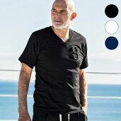 1PIU1UGUALE3RELAX(ウノピゥウノウグァーレトレ)3ロゴサガラVネックTシャツ(ブラック/ホワイト/ネイビー)