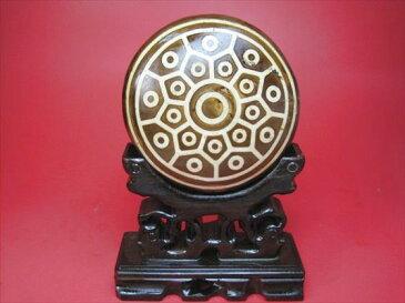 【チベット天珠:置物】亀甲三十八眼天珠245g木製台座付き