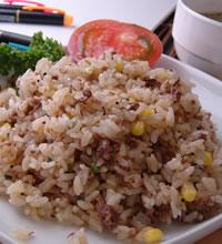 ご飯に牛肉や、コーン、きざみネギなどを混ぜ、ステーキにかけるオリジナルソースをかけて良く...