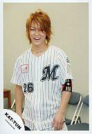 【中古】生写真(ジャニーズ)/アイドル/KAT-TUN KAT-TUN/亀梨和也/上半身・衣装野球ユニフォーム・ストライプ柄・笑顔・パイプ椅子/公式生写真
