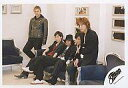 【中古】生写真(ジャニーズ)/アイドル/SMAP SMAP/集合(5人)/横型/衣装黒/香取壁によりかかり・木村テーブルに座り/SMAP公式生写真 - ネットショップ駿河屋 楽天市場店