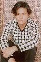【中古】生写真(ジャニーズ)/アイドル/SMAP SMAP/稲垣吾郎/上半身・衣装白・黒・両手前・左手右手首つかみ・座り/公式生写真 - ネットショップ駿河屋 楽天市場店