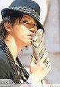 中古生写真ジャニズアイドルKATTUN KATTUN亀梨和也バストアップ衣装黒帽子右手マイク体右向き目線正面公式生写真タイム