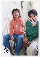 【中古】生写真(ジャニーズ)/アイドル/V6 V6/森田剛/他1名/オレンジのパーカー/左手ピース/椅子に座り/公式生写真